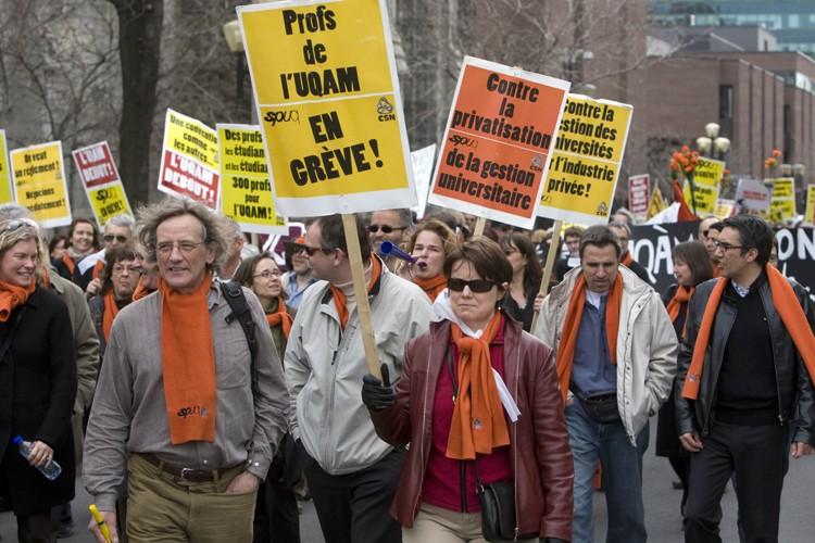 Les manifestants se sont dirigés vers le siège... (Photo: Robert Skinner, La Presse)