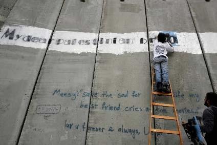 Des Palestiniens ont écrit sur le mur qui... (Photo AFP/Ahmad Gharabli)