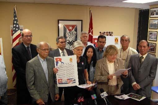 Des exilés cubains présentent la lettre aux présidents.... (Photo AFP/Juan Castro)