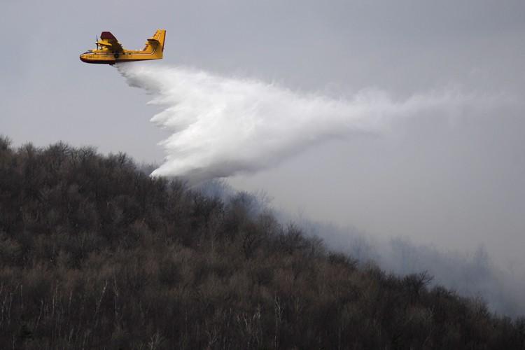 Un avion-citerne a été mobilisé pour limiter la... (Photo: Bernard Brault, La Presse)