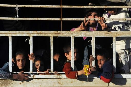 Des enfants observent l'opératation policière qui s'est déroulée... (Photo: AFP)