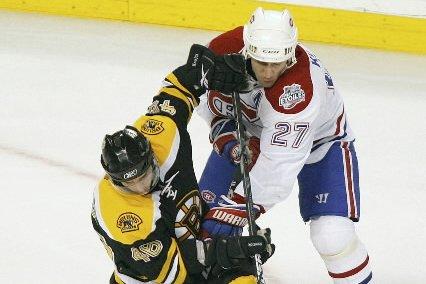 David  Krejci et Alex Kovalev se battent... (Photo: Boston Globe)