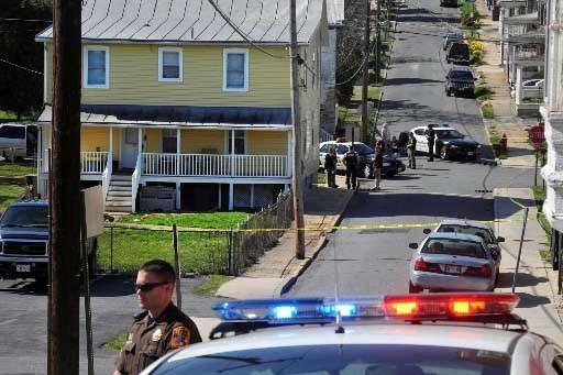 Les policiers étaient sur les lieux du drame... (Photo AP, The Frederick News-Post, Sam Yu)