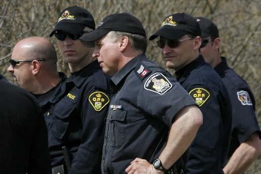 Des policiers de la Police provinciale de l'Ontario.... (Photo Dave Chidley, Presse Canadienne)