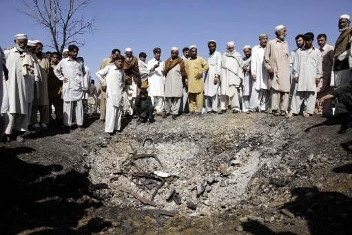 Des badauds examinent la scène de l'attentat.... (AP Photo/Mohammad Sajjad)
