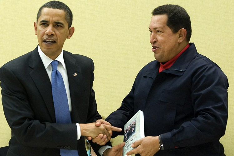 Hugo Chavez offre un livre à Barack Obama.... (Photo: Reuters)