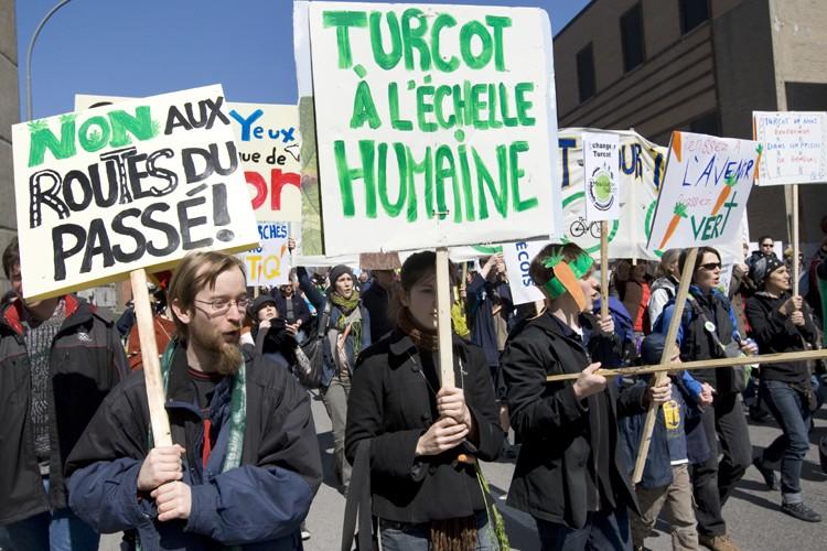 Des centaines de personnes ont manifesté contre la... (Photo: Robert Skinner, La Presse)