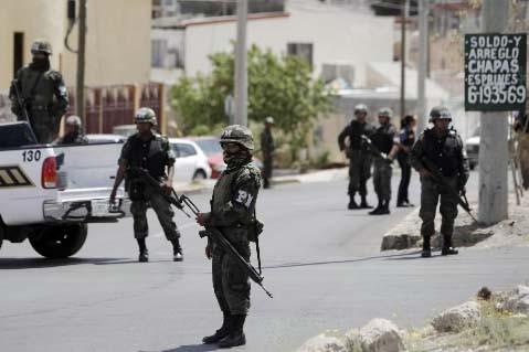 Des policiers mexicains à l'oeuvre.... (Photo Rodrigo Abd, AFP)