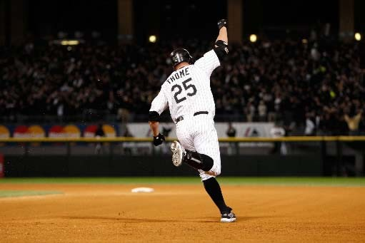 Jim Thome célèbre son coup de circuit.... (Jamie Squire/Getty Images)