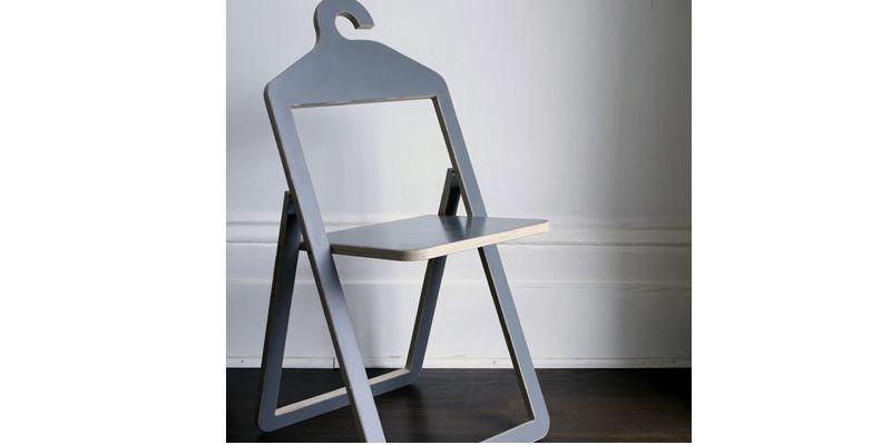 La chaise-cintre pliante s'accroche au porte-manteau quand la... (Photo fournie par Philippe Malouin)