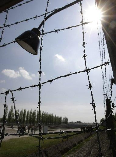 Des barbelés encerclent le mémorial du camp de... (Reuters)