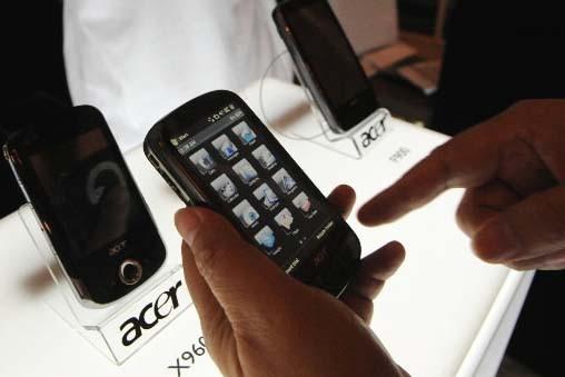 Une personne tient un téléphone Acer M900 à... (Photo AFP)