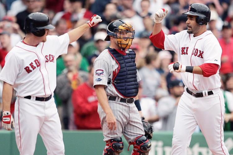 Mike Lowell (à droite) a été accueilli au... (Photo: AP)