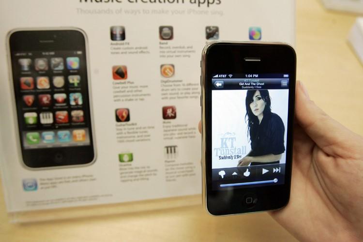 Les solides ventes d'appareils iPhone ont permis à Apple... (Photo: AP)