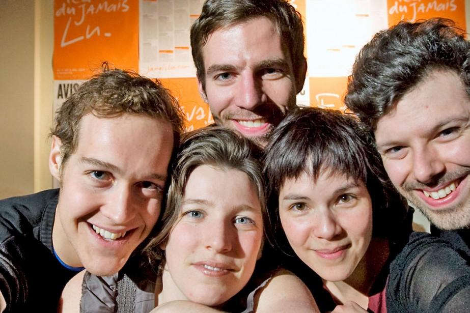 Des auteurs entourent Marcelle Dubois, la directrice artistique... (Photo: Alain Roberge, La Presse)