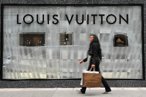 Une femmemarche devant la façade de la boutiqueLouis... (Photo: Bloomberg News)