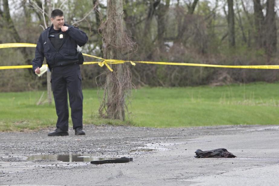 Un policier examine l'endroit où le suspect a... (Photo: Patrick Sanfaçon, La Presse)