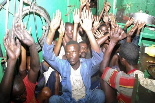 Des pirates lèvent les bras après avoir été... (Photo: Reuters)