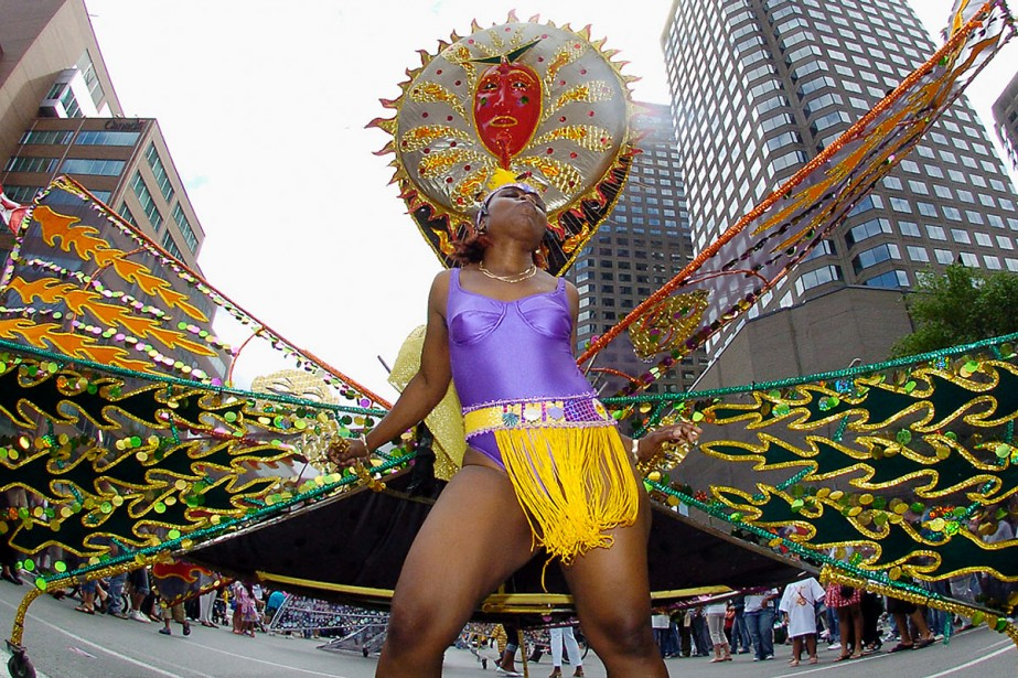 Une danseuse de la Carifête déploie ses ailes... (Photo: André Tremblay, La Presse)