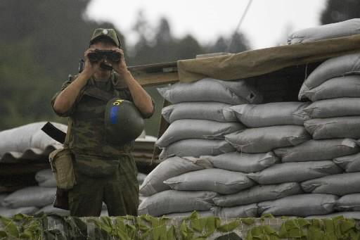 Les gardes-frontières russes ont commencé samedi à défendre... (Photo: Reuters)