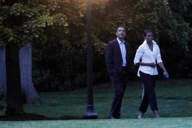 Barack et Michelle Obama se sont promenés main... (Photo: AP)