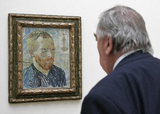 Un homme regarde une toile de Van Gogh.... (Photo: AFP)