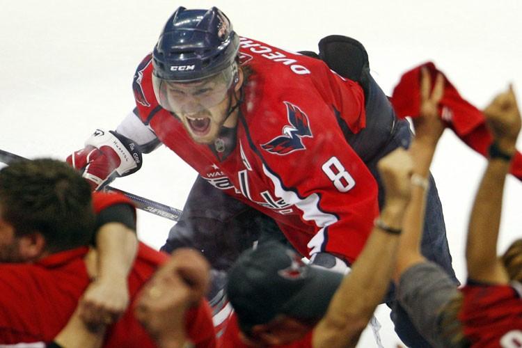 Alexander Ovechkin a sauté dans la baie vitrée... (Photo: Reuters)
