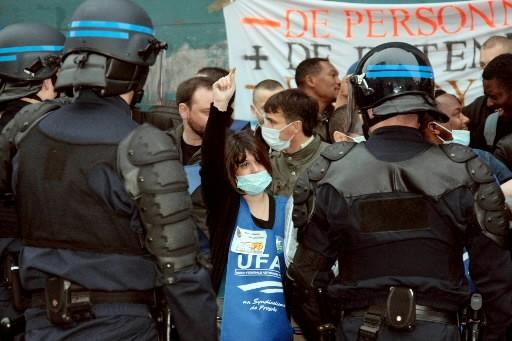 Gendarmes et policiers sont intervenus mardi, parfois avec des... (Photo: AFP)