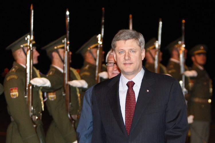 Stephen Harper est accueilli par une garde d'honneur... (Photo: Reuters)
