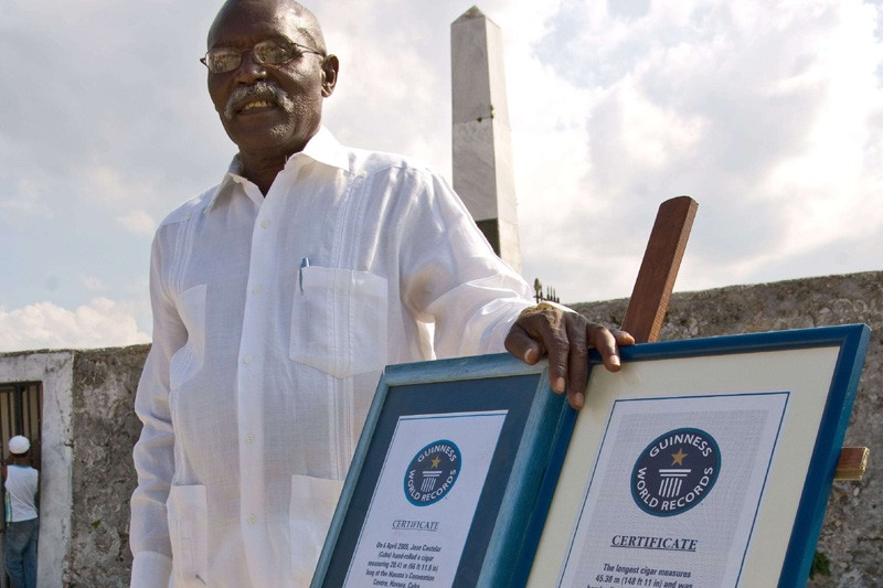 Le Cubain Jose Castelar Cueto pose avec les... (Photo: AFP)