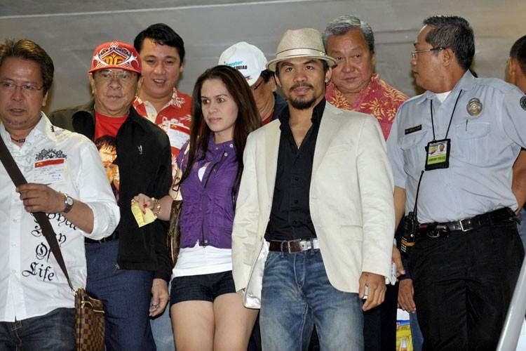 Manny Pacquiao à son arrivée à l'aéroport international... (Photo: AFP)