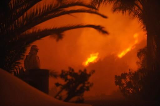 Les pompiers luttaient toujours vendredi contre un incendie... (Photo: AFP)