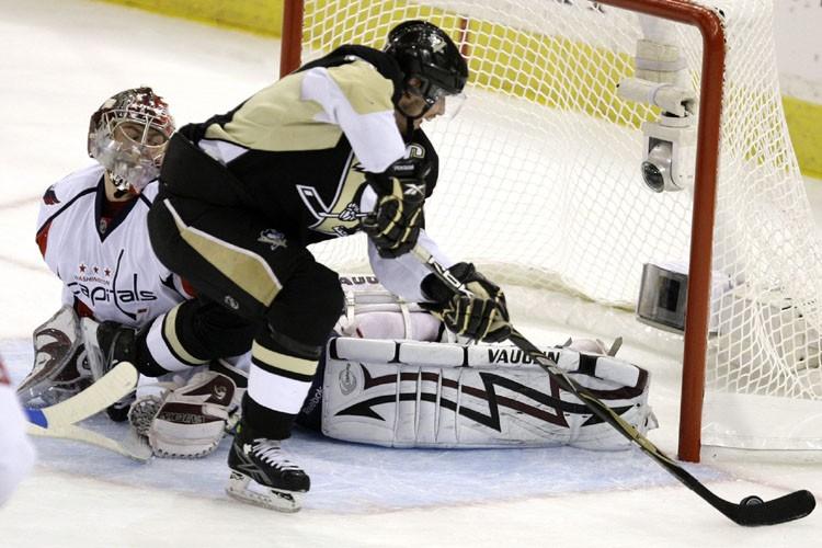 Sidney Crosby devant Simeon Varlamov.... (Photo: AP)