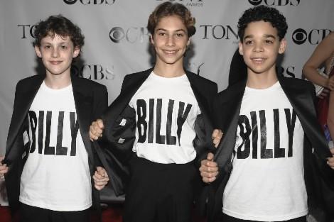 Les trois garçons qui se partagent le rôle-titre... (Photo: AP)