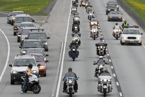 Le 9 mai dernier, des motocyclistes ont ralenti... (Photo: Robert Skinner, La Presse)