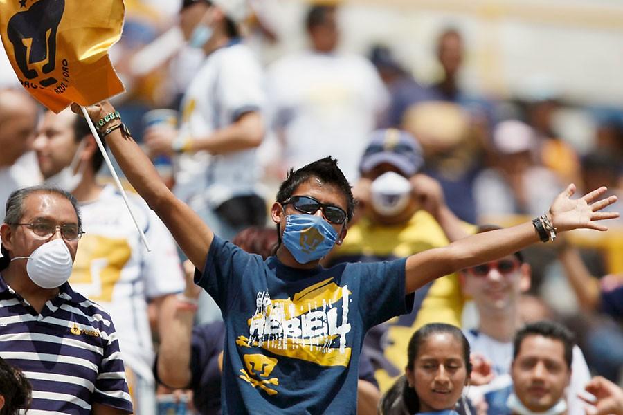 Plusieurs spectateurs d'un match de soccer hier à... (Photo AP)