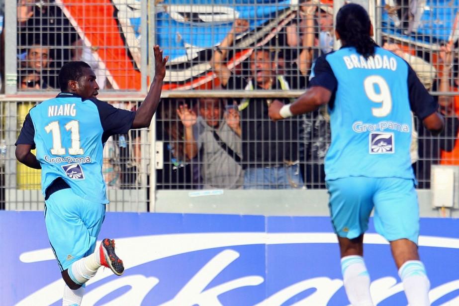 Brandao et Mamadou Niang... (Photo:  AFP)