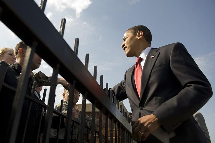 Barack Obama serre la main à du personnel... (Photo: AFP)