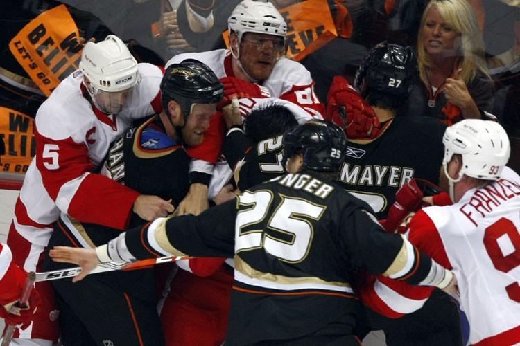 Une mêlée a éclaté entre les joueurs des... (Photo: Reuters)