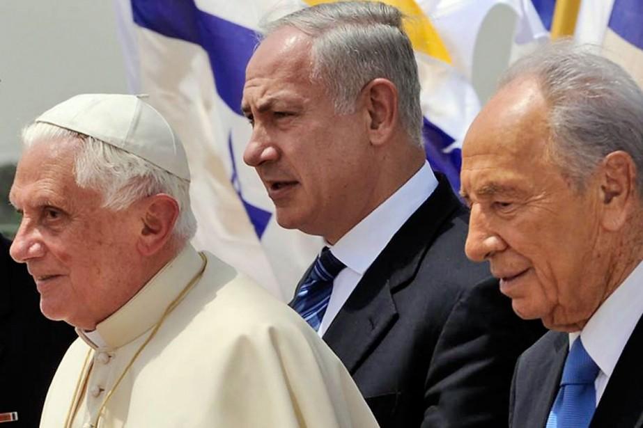 Le Pape Benoit XVI a été salué par... (Photo: AP)