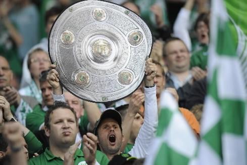 Des partisans de Wolfsburg encouragent leur équipe.... (Photo: AFP)