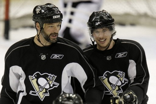 Bill Guérin et Sydney Crosby... (Photo: AP)