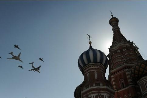Des avions survolent le Kremlin en Russie là... (Photo: AFP)
