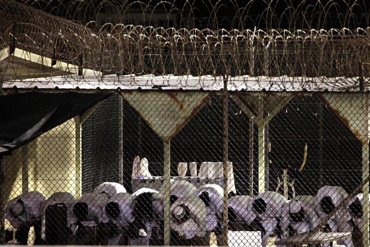 Des détenus de Guantanamo prient à l'aube.... (Photo: AP)