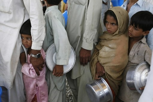 Des Pakistanais font la file pour avoir un... (Photo: AP)