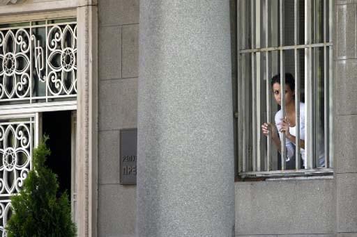 Une employée de la présidence sebre regarde hors... (Photo Reuters)