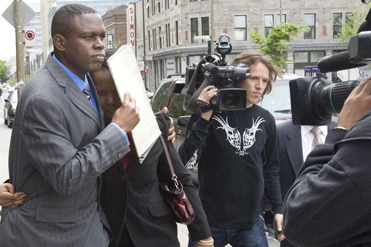 La sortie de la femme de Désiré Munyaneza... (Photo: André Tremblay, La Presse)