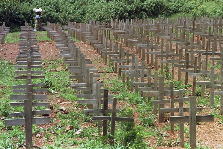 Des rangées de croix ont été installées sur... (Photo: PC)