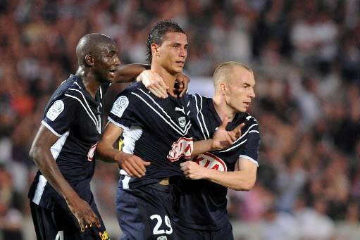 Marouane Chamakh célèbre avec ses coéquipiers de Bordeaux.... (Photo AP)