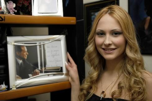Noemi pose avec le portrait de Silvio Berlusconi.... (Photo: AP)